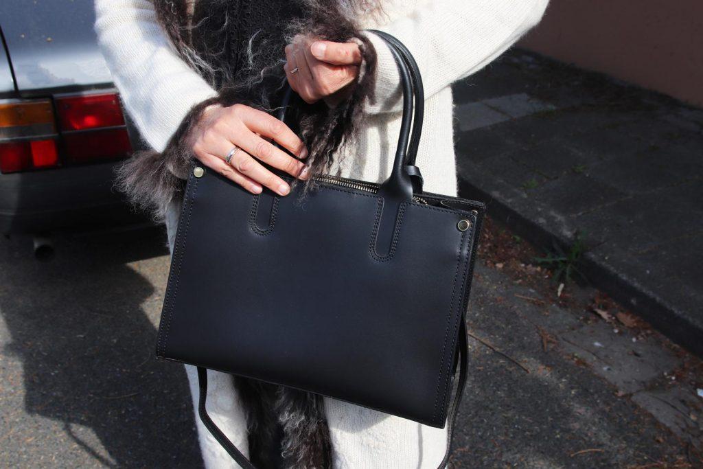 Blogger Streetstyle mit Stilmix, nämlich einer klassischen schwarzen Damenhandtasche zum Umhängen und einem Hippie-Wollmantel mit floralen Bestickungen und Fell. © Copyright Bettina Katscher 2020