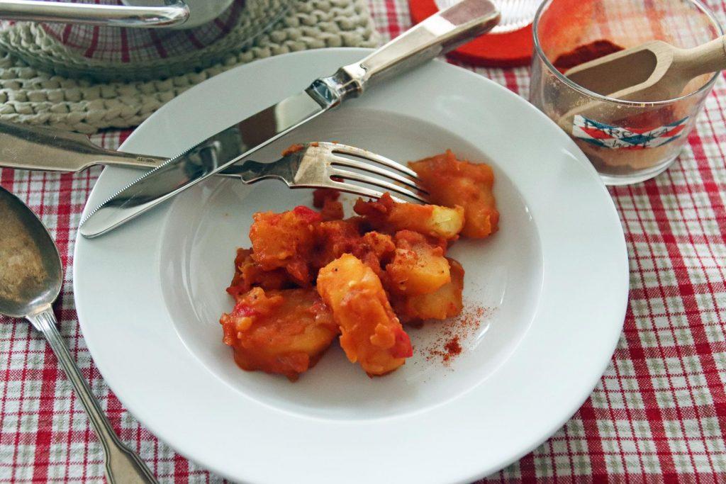 Ein vegetarisches Rezept aus Ungarn ist dieser Kartoffelgoulasch mit Zwiebeln, Tomaten und Paprika, welches ein super Vorratsessen ist. © Copyright Bettina Katscher 2020