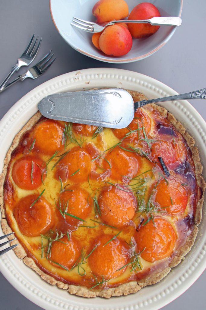 Französische Aprikosentarte aus Mürbeteig, Creme Fraiche und selbstgemachtem Guss mit Rosmarin. © Copyright Bettina Katscher 2021