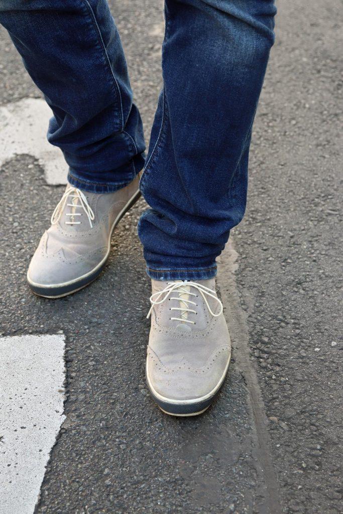 Sportlich klassische Herren Sneaker in Grau mit Budapestermuster und blau weißer Sohle. © Copyright Bettina Katscher 2020