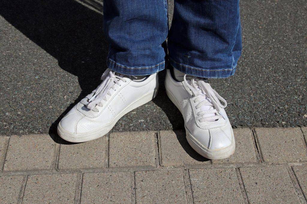 Weiße Retro-Damen Sneaker in Leder mit Lochmuster. © Copyright Bettina Katscher 2020