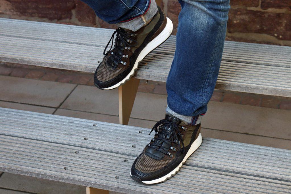 Herren Sneaker in Schwarz und Military im angesagten Materialmix aus Leder und Mesh sowie Metallnieten und Zick-Zack-Sohle. © Copyright Bettina Katscher 2020