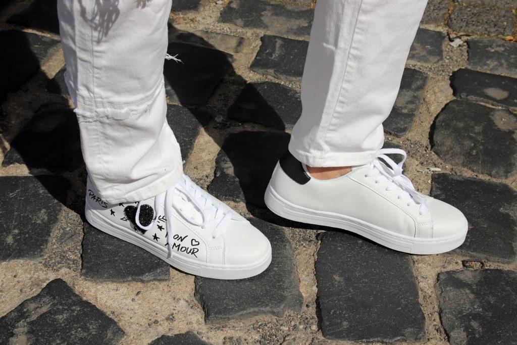 """Weiße Jeans und Damen Fashion Sneaker in klassischer Form, Applikationen und schwarzem Schriftzug """"Paris mon amour"""", Sternen und Herz sowie Glitzerherz. © Copyright Bettina Katscher 2020"""