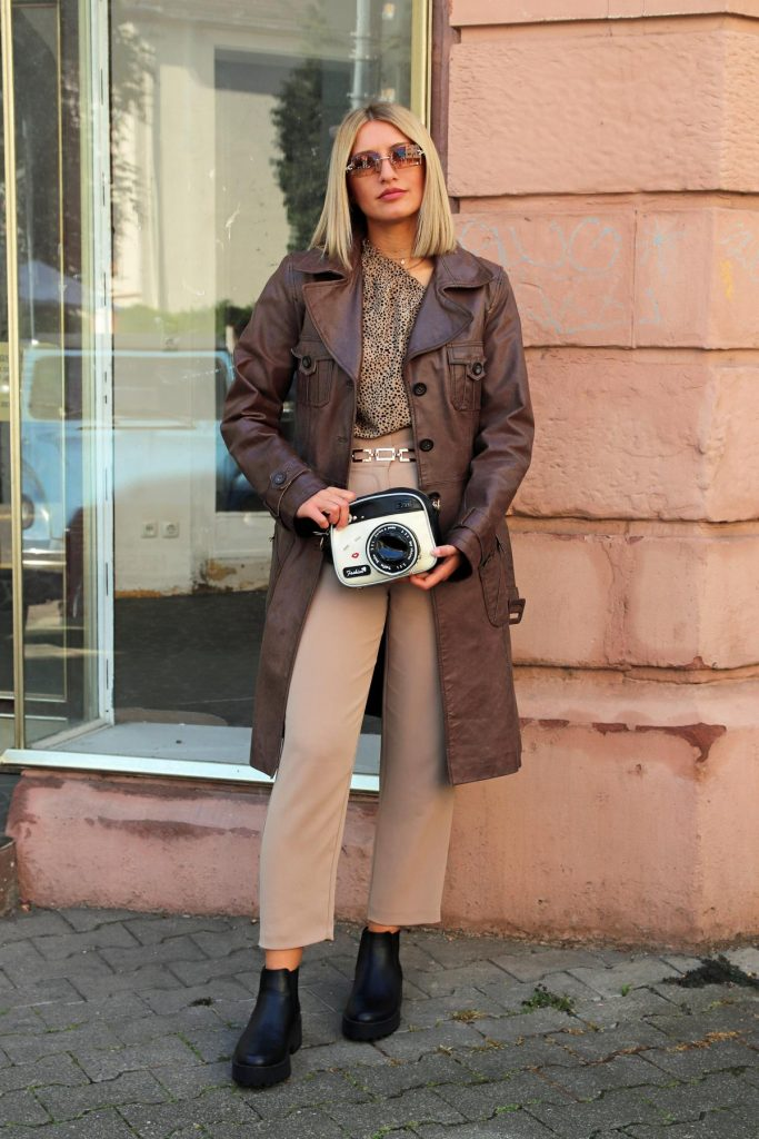 Damen Streetstyle für den Übergang in Beige, Braun und Schwarz, mit braunem Vintage Ledermantel, Gliedergürtel und Fashionbag. © Copyright Bettina Katscher 2020