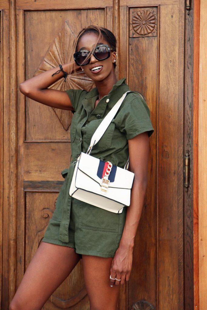 Streetstyle für den Sommer für Damen mit kurzem Khaki-Jumpsuit, Seventies-Sonnenbrille und kastiger Handtasche mit Gliederelementen. © Copyright Bettina Katscher 2020