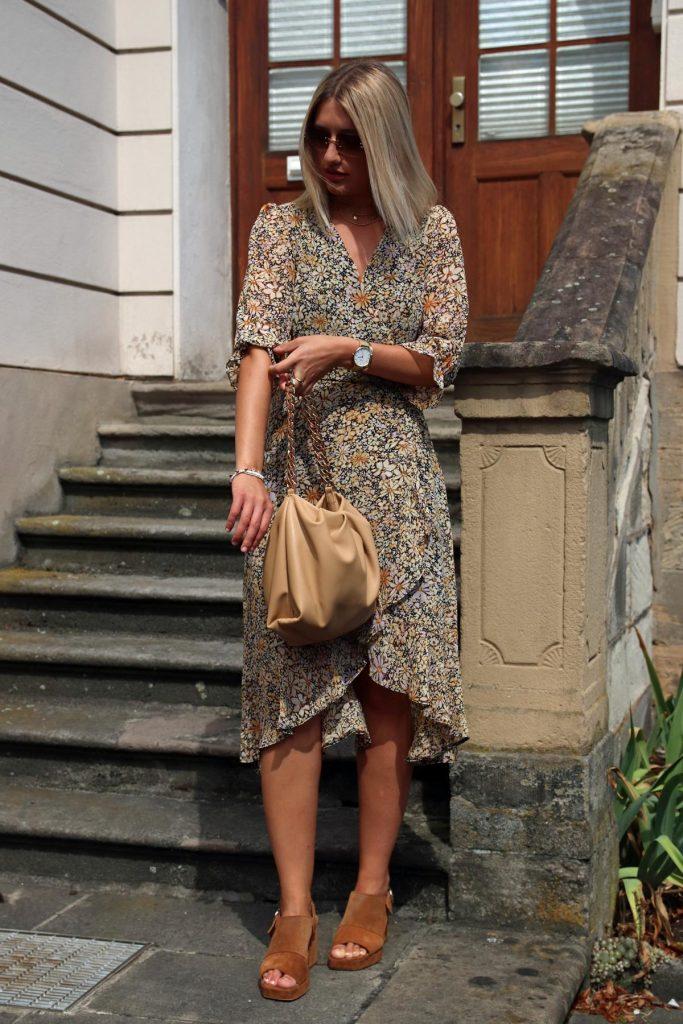 Angesagter Blogger-Sommerlook mit Millefleur-Kleid und beiger Chain-Bag plus cognacfarbene Wildleder Sandalen mit Blockabsatz. © Copyright Bettina Katscher 2020