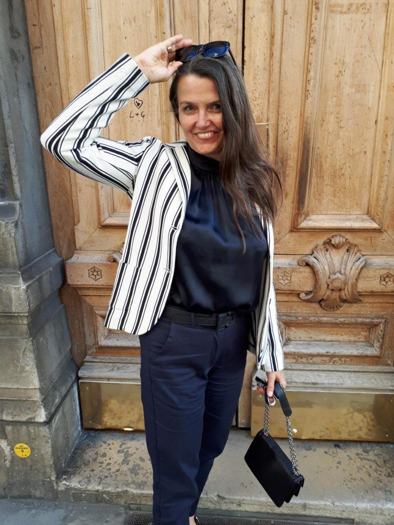 French Chic fürs Business bestehend aus klassischem Seidentop, Streifenblazer, großer Retro-Sonnenbrille und klassischer Handtasche mit Gliedergurt. © Copyright Bettina Katscher 2020