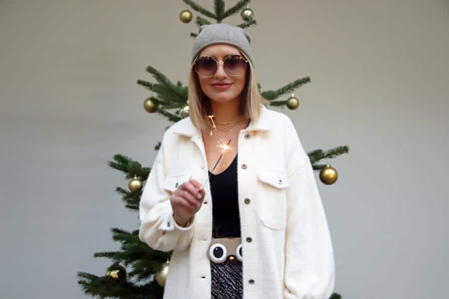 So geht ein legeres Silvesteroutfit mit oversized Fake Fur-Jacke