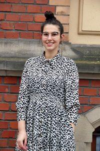 Bloggerstyle mit schwarz-weißem Animalprintkleid und angesagter Brille in Cateyeoptik. © Copyright Bettina Katscher 2021
