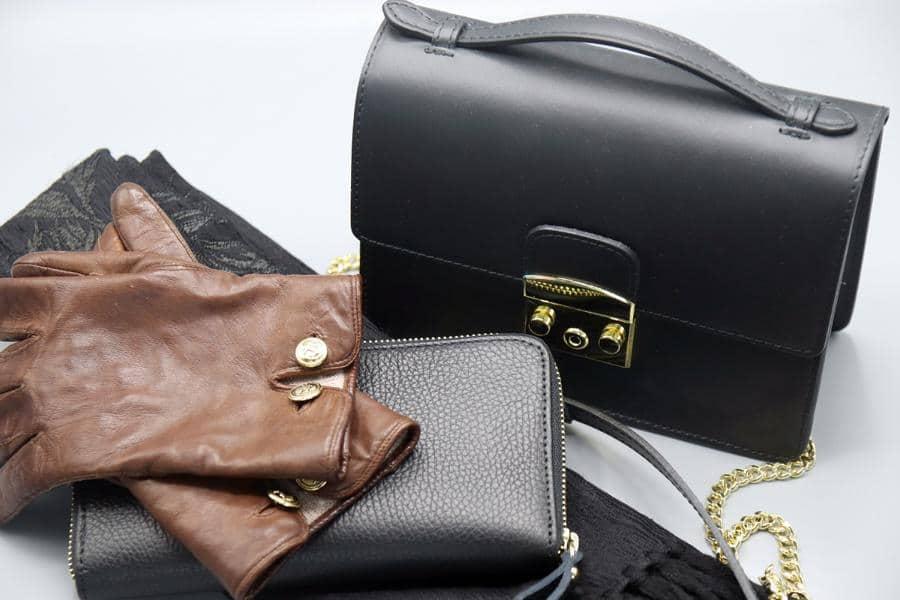 Klassische alte und neue Fashionaccessoires in Schwarz und Braun: Geldbörse, Tasche, Schal und Handschuhe. © Copyright Bettina Katscher 2021