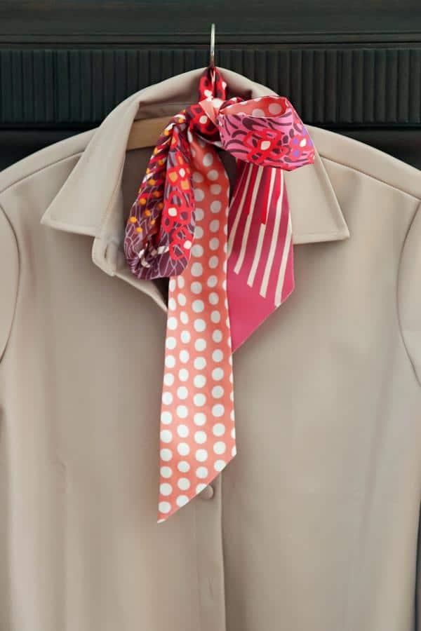 Bloggerlook mit beiger fake leather Bluse und Seidentuch mit Mustern und Punkten in Beerentönen. © Copyright Bettina Katscher 2021