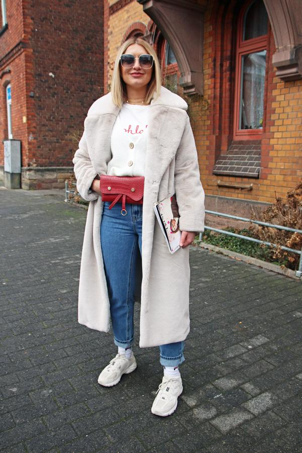 French Chic für einen trendy Streetstyle-Look in Blau, Weiß, Rot mit Fake Fur Mantel, Statement-T-Shirt und Mega-Fashionbrille. © Copyright Bettina Katscher 2021
